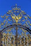 在门的被镀金的装饰品在凯瑟琳公园在Tsarskoye S 库存图片