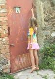在门的讨厌的女孩文字 免版税库存照片