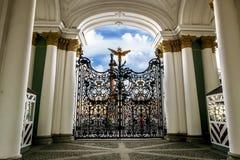 在门的透雕细工篱芭在埃尔米塔日博物馆在圣彼得 免版税库存图片