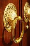 在门的镀金的圆环 免版税库存照片
