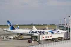 在门的EgyptAir波音777航空器在约翰・肯尼迪国际机场 免版税图库摄影