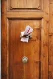 在门的letterbox的杂志 免版税库存图片