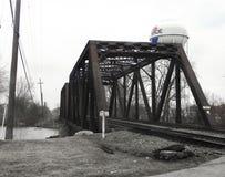 在门罗,密执安电烙在河的火车桥梁 库存照片