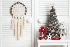 在门背景的圣诞节梦想俘获器 免版税库存图片