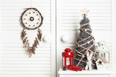 在门背景的圣诞节梦想俘获器 库存图片