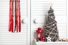 在门背景的圣诞节梦想俘获器 免版税库存照片