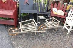在门诺派中的严紧派的村庄的传统手工制造木推车 免版税库存图片
