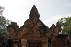 在门道入口上的华丽山墙饰在10世纪Banteay Srei寺庙 库存照片
