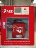 在门门的自动化的外在去纤颤器AED机器在泰国帮助患者的国际机场有一个紧急状态C 库存照片
