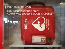 在门门的自动化的外在去纤颤器AED机器在泰国帮助患者的国际机场有一个紧急状态C 免版税库存图片