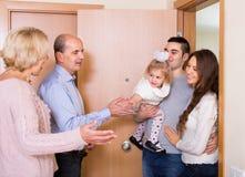 在门阶的年迈的夫妇会议家庭 免版税库存图片