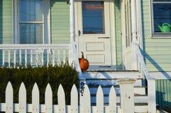 在门附近的南瓜在万圣夜季节以后离开在波士顿, 2016年12月11日的美国 库存图片