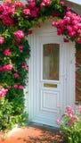在门附近的玫瑰 免版税库存照片