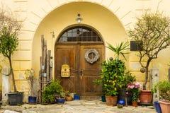 在门附近的葡萄酒地中海庭院 库存图片