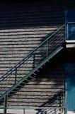 在门附近的钢台阶 免版税库存照片