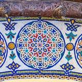 在门附近的马赛克对王宫在菲斯摩洛哥 库存图片