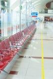 在门附近的离开等候室在机场 免版税库存图片