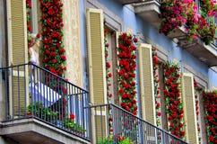 在门面用英国兰开斯特家族族徽盖大厦的阳台的Marilin时装模特,巴塞罗那西班牙 免版税库存照片