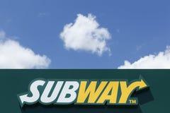 在门面的地铁商标 免版税库存照片