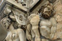 在门面的雕塑 免版税库存照片