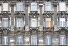 在门面的Windows在新巴洛克式的样式 布达佩斯,匈牙利 免版税库存图片
