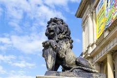在门廊的狮子 图库摄影