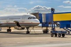 在门终端的喷气式客机飞机 库存照片