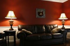 在闪亮指示客厅里面的长沙发 免版税库存照片