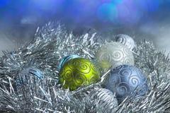 在闪亮金属片和亮晶晶的小东西的新年球 图库摄影