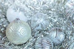 在闪亮金属片和亮晶晶的小东西的新年球 库存照片