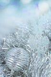 在闪亮金属片和亮晶晶的小东西的新年球 免版税库存照片