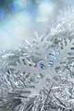 在闪亮金属片和亮晶晶的小东西的新年雪花 免版税图库摄影