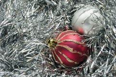 在闪亮金属片的两个圣诞节球 库存图片