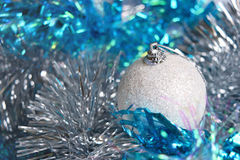 在闪亮金属片的白色圣诞节球 侧视图 库存照片