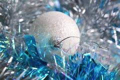 在闪亮金属片的白色圣诞节球 库存照片