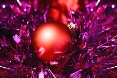 在闪亮金属片的红色圣诞节球 图库摄影