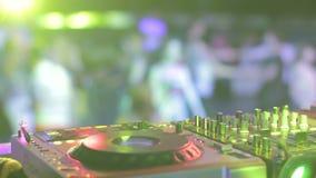 在闪光灯的DJ手点燃在精华党在最佳的夜总会 股票视频