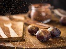 在闪烁的金子和可可粉的李子 免版税图库摄影