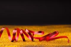 在闪烁背景的卷曲红色蛇纹石 图库摄影