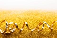 在闪烁背景的卷曲金黄蛇纹石 图库摄影
