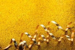 在闪烁背景的卷曲金黄蛇纹石 免版税库存照片