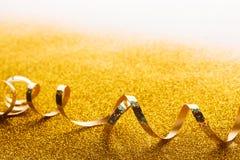 在闪烁背景的卷曲金黄蛇纹石 库存照片
