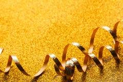 在闪烁背景的卷曲金黄蛇纹石 免版税库存图片