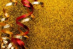 在闪烁背景的红色和金黄蛇纹石 库存照片