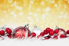 在闪烁背景的红色圣诞节球 库存照片