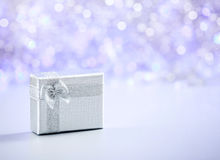 在闪烁背景的美丽的圣诞节礼物与拷贝空间 圣诞快乐和新年好 库存照片