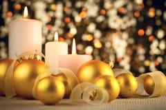 在闪烁bokeh背景的温暖的圣诞节装饰 免版税图库摄影