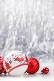 在闪烁bokeh背景的白色和红色圣诞节装饰品与文本的空间 Xmas和新年好 免版税库存图片