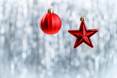在闪烁bokeh背景的红色圣诞节装饰品与文本的空间 Xmas和新年好 免版税库存照片