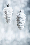 在闪烁bokeh背景的银色和白色圣诞节装饰品与文本的空间 Xmas和愉快新 免版税图库摄影